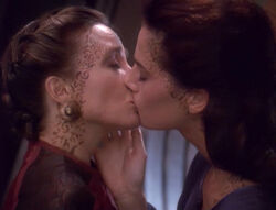 Lenara Kahn and Jadzia Dax kiss