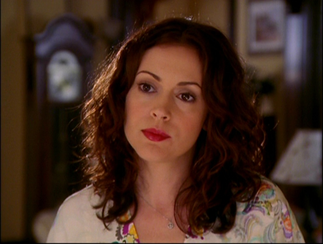 http://images2.wikia.nocookie.net/__cb20100629153204/charmed/images/c/c9/8x09-Phoebe.jpg