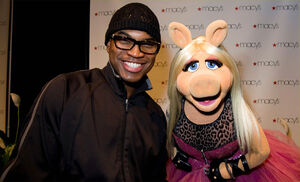 Ne-Yo&amp;MissPiggy-Macy&#39;sGlamorama2009