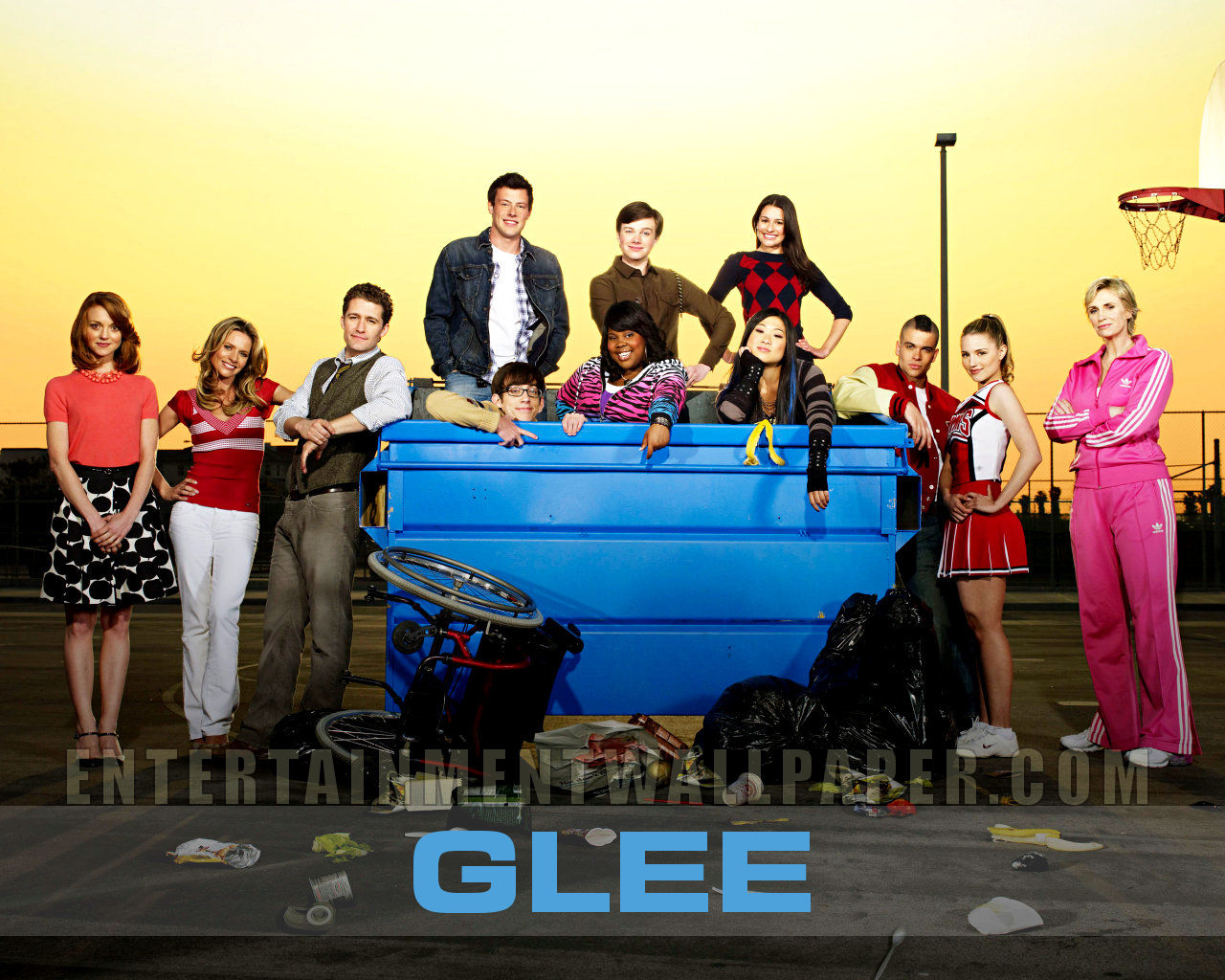 http://images2.wikia.nocookie.net/__cb20101022071918/glee/images/3/37/Tv_glee02.jpg