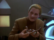 Odo shows Sisko Klingon device