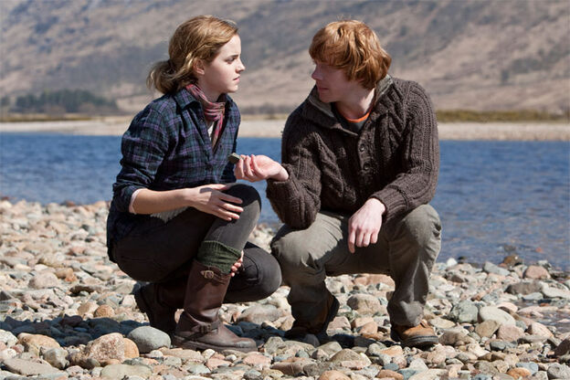 http://images2.wikia.nocookie.net/__cb20110416015546/harrypotter/images/thumb/3/39/DH1_Ron_and_Hermione_picking_up_stones.jpg/624px-DH1_Ron_and_Hermione_picking_up_stones.jpg
