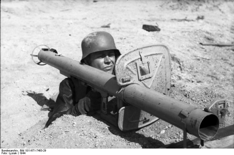 Bundesarchiv_Bild_101I-671-7483-29,_Reichsgebiet,_Soldat_mit_Panzerabwehrwaffe.jpg
