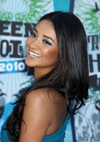 Shay+Mitchell+Long+Hairstyles+Long+Curls+E20lIFRTR-Sl