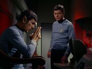 McCoy und Spock besprechen das Schicksal von Kirk