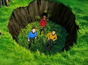 McCoy Uhura und Sulu in der Falle