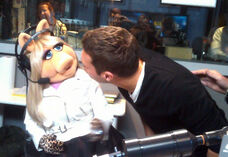 RyanSeacrest-MissPiggy-(2011-09-26)