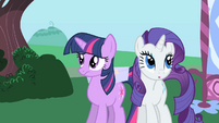 Rarity surreptitiously approaching Twilight S1E25