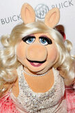 OUT100-RedCarpet-MissPiggy-(2011-11-18)-01