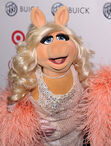 OUT100-RedCarpet-MissPiggy-(2011-11-18)-02