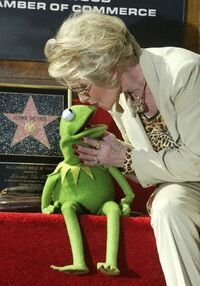 TheHollywoodWalkOfFame-Kiss-Kermit&amp;TippiHedren-(2002-11-15)