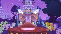 Ponies gather for the fashion show S1E14