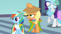Applejack putting hat on S2E26