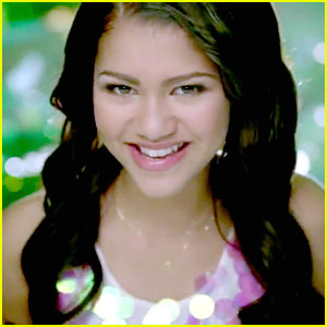 Zendaya-something-dance-video-peek