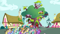 Crowd of ponies in front of Twilight&#39;s library S3E03