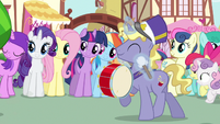 Rarity &amp; Rainbow Dash enjoying parade S3E4