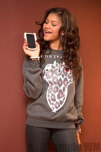 41373 Preppie Zendaya Coleman posing with her new cell phone at a house in LA 10 122 538loSEVEN