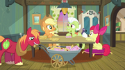 Apple family at table S3E08