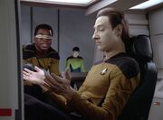 Data und La Forge untersuchen das Shuttle