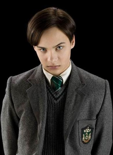 http://images2.wikia.nocookie.net/harrypotter/images/6/6d/Tom_Riddle_(16_years_old).jpg